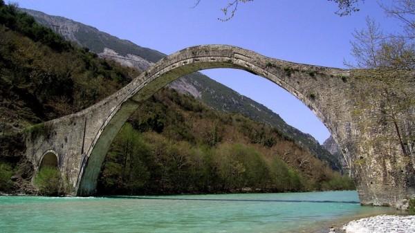 арочный мостик в в Греции